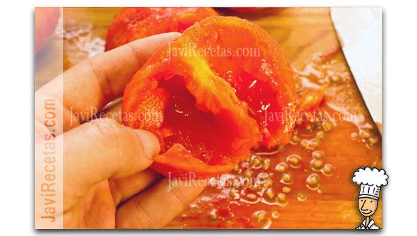 Sacando las semillas de un tomate
