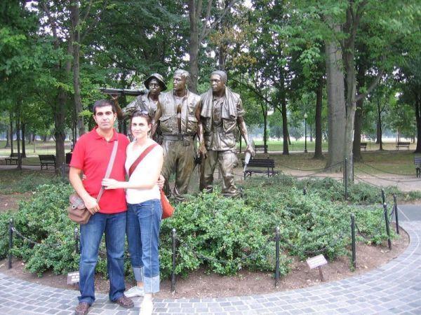 Con una estatua a los caídos del Vietnam
