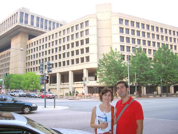 En frente del edificio del FBI donde, por supuesto, estamos fichados...   :)