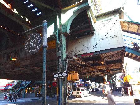 Nos encantan estas estructuras oxidadas que cruzan las calles y sustentan las vías del metro.