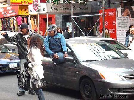 Jóvenes raperos haciendo de las suyas en Chinatown