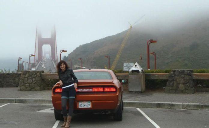 Pilar con el Dodge Challenger y el Golden Gate a la espalda. San Francisco, California. Verano de 2011.
