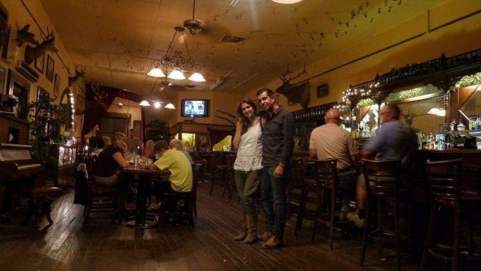 Nosotros en el Saloon Magnolia del Hotel Jeffery (Coulterville, California) en el verano de 2013