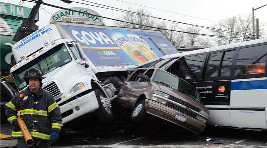 Espectacular accidente en Queens (Nueva York)