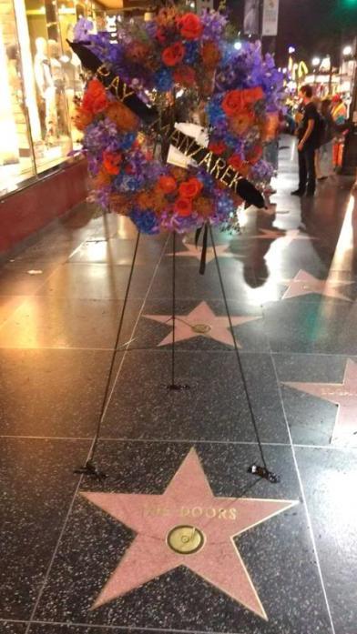 Flores por la muerte de Ray Manzarek en el paseo de la fama de Hollywood