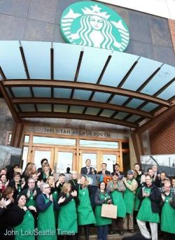 Celebrando el 40º aniversario a las puertas de la sede de Starbucks