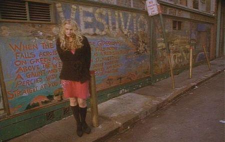 """Daryl Hannah posando en el Bar Vesuvio de San Francisco en """"Wildflowers"""" (1999)"""