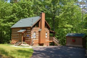 Smoky Love is a private and secluded one bedroom cabin in Pigeon Forge. It is perfect for a weekend getaway, seclusion, and anniversaries
