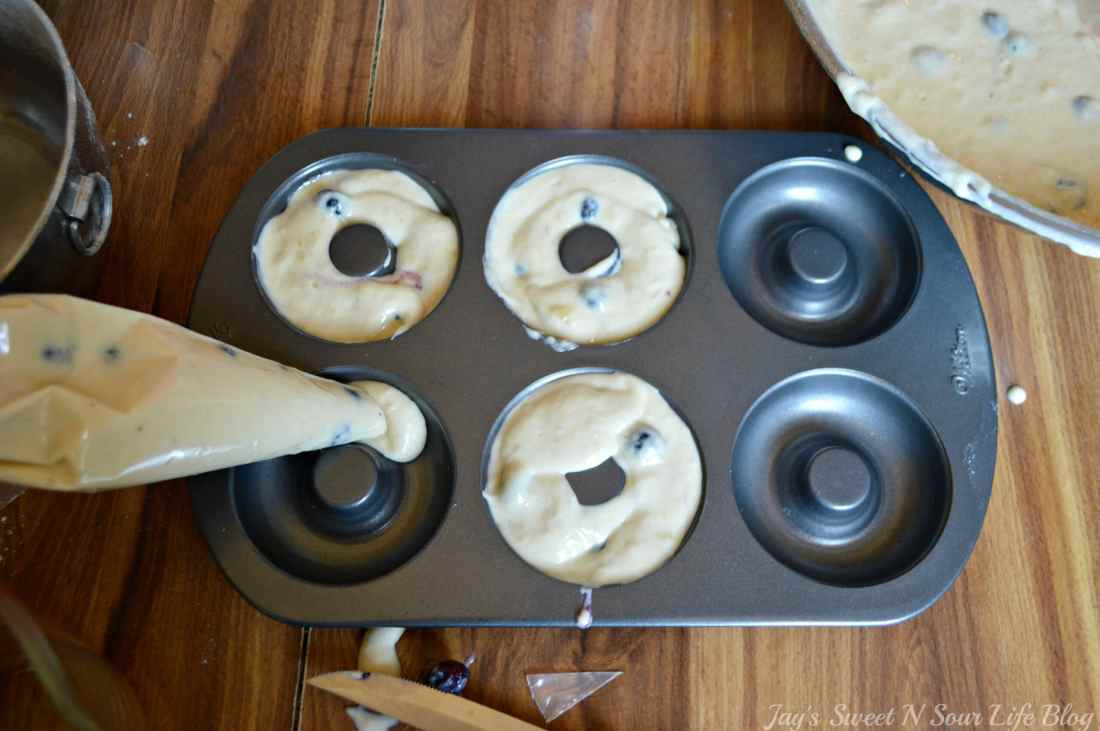 Baked Banana Blueberry Donuts Step 12. This light and tasty Banana Blueberry Baked Donuts recipe is made with fresh blueberries and ripe banana's. Try my yeast free donut recipe today.