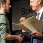 Vorstand Matthias Stadler nimmt den Preis vom Kulturstaatsministers der Bundesregierung, Bernd Neumann, entgegen.