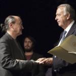 Winnie Freisleben nimmt den Spielstättenprogrammpreis aus den Händen von Bernd Neumann entgegen