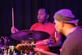 "Calvon ""The Truth"" Jones am Bass und Aubrey Dayle an den Drums begleiten den ausdrucksstarken Gitarristen"