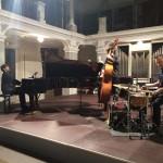 Das Lukas Brenner Trio beim Auftritt Foto: Jörg Lohner
