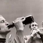Albert Mangelsdorff trinkt ein Bier. Foto:  HR/Peter Zollna (Collage)