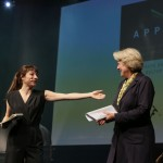 Moderatorin Nina Sonnenberg uznd Staatsministerin Monika Grütters gratulierten 64 APPLAUS-Preisträgern. Foto: Ralf Dombrowski/Initiative Musik