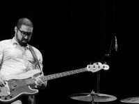 Tigran Hamasyan Trio - hier: Sam Minaie (Jazzfest Berlin 2015). Foto: Petra Basche