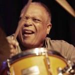 Billy Hart US-Schlagzeuglegende (u.a. Ex-Drummer von Herbie Hancock) ist auf mehr als 600 Alben zu hören. Er gilt als einer der versiertesten und vielseitigsten Jazz-Schlagzeuger der Gegenwart. Er lehrt sowohl am Oberlin Konservatorium als auch am New England Conservatory of Music und ist an der Western Michigan University engagiert.... wenn er nicht gerade tourt. Foto Jazz in Grafing