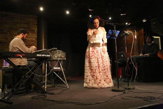 Versunken in der Musik: Sängerin Maria João. Foto: Ralf Dombrowski