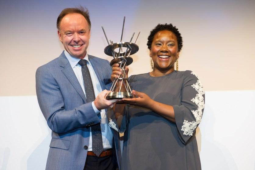 """BMW Welt Jazz Award: Der """"BMW-Chairman des Jazz"""" Ian Robertson überreicht Indra Rios-Moore die Trophäe. Foto: BMW Group"""