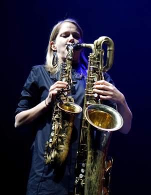 """""""Mopo""""s Linda Fredriksson spielt gleichzeitig auf dem Altsax und dem Baritonsax. Foto: Stefan Pieper"""