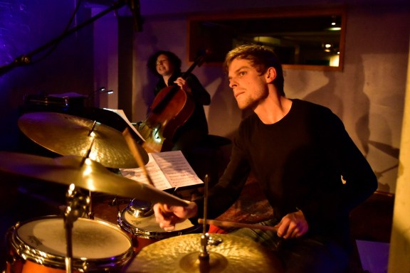 Max Santner am Schlagzeug. Foto: Jürgen Volkmann