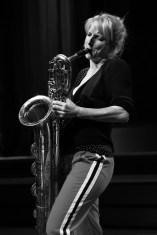 Alexandra Lehmler am Baritonsaxophon. Foto: Thomas J. Krebs