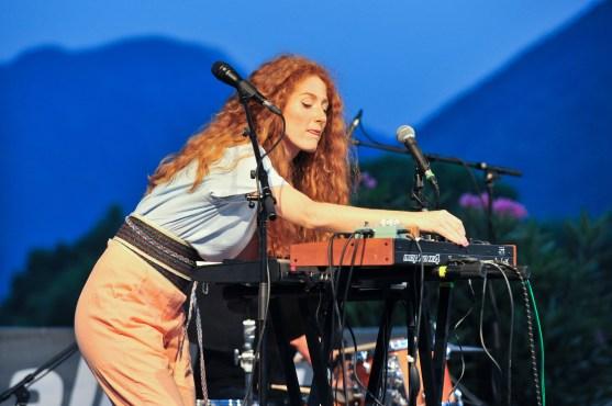 Sängerin, Komponistin, Keyboarderin: Anni Elif Egecioglu vor ihrem Soundbaukasten. Foto: Susanne van Loon
