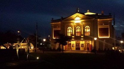 Ystads Theater bei Nacht. Foto: Roland Spiegel