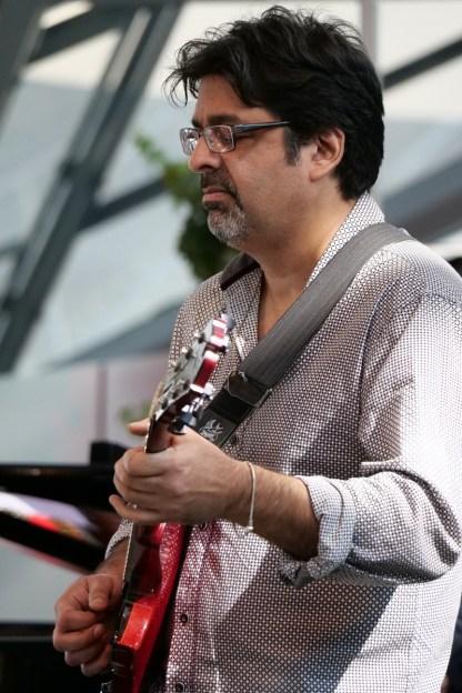 Abbasi an der Gitarre. Foto: T. J. Krebs