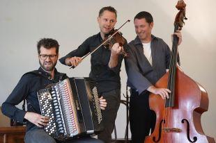 Folksmilch, Christian Bakanic (acc), Klemens Bittmann (vl), Eddie Luis (b), Alpenspektakel, Gut Sonnenhausen, Photo (c) Ralf Dombrowski