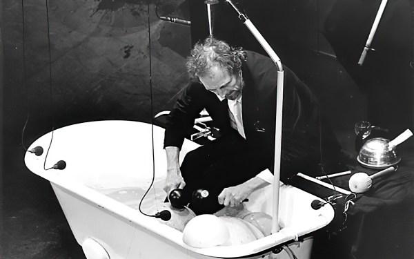 Im Rahmen der Münchner Opernfestspiele nimmt Matthias Kaul ein Bad. Foto: Heiland
