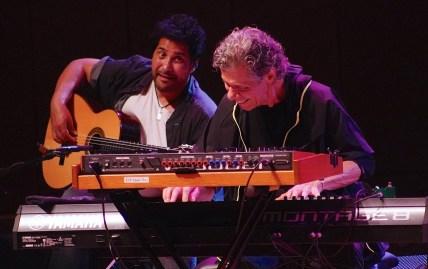 Spielfreude pur: Nino Josele und Chick Corea in der Philharmonie München. Foto: Ralf Dombrowski