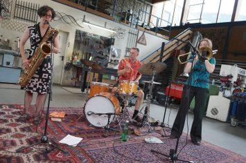 Insomnia Brass Band mit Anke Luchs (tb), Almut Schlichting (bar-s), Christian Marien (dr). Foto: Ralf Dombrowski