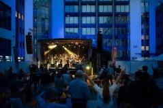 Techno-Kulisse statt heimeligem Jazzkeller: Jazzrausch im Gewerbepark Regensburg. Foto: Susanne van Loon