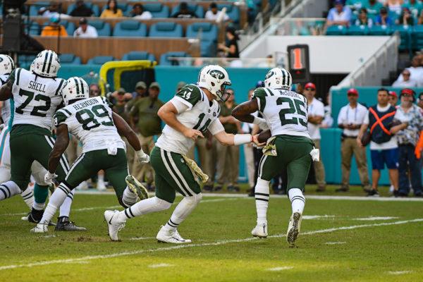New York Jets quarterback Sam Darnold (14) hands off to New York Jets running back Elijah McGuire (25)