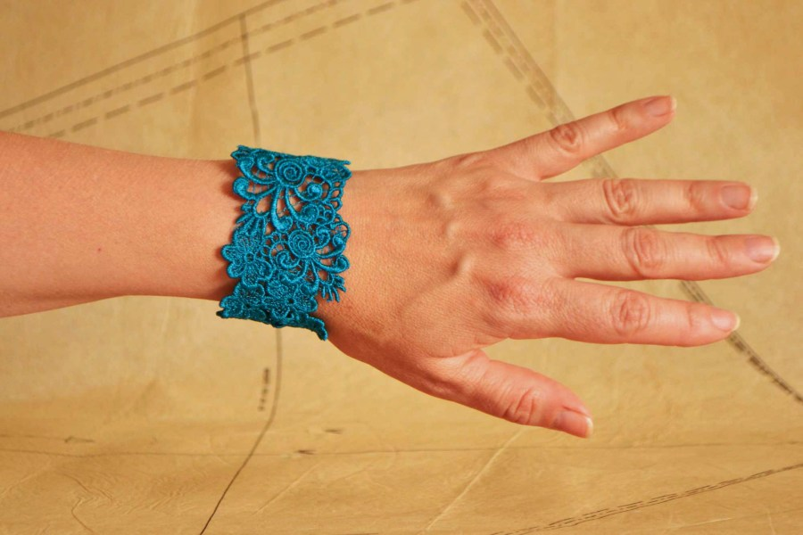 Trefoil Heart Lacelet Cuff Braclet in Teal colour