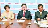 (写真)記者会見する小池晃副委員長(中央)と田村智子参院議員(左)、宮本岳志衆院議員=7日、国会内