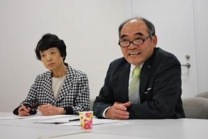 八丈島民の要望を訴える菊池むつお町議(右)と清水ひで子都議(左)=7日、東京都庁
