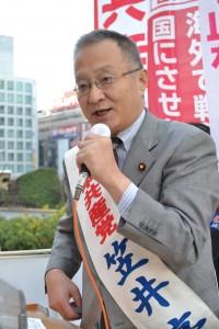 日本共産党の躍進で安倍内閣の暴走政治に審判を下そう、と訴える笠井亮候補=21日、東京都新宿区