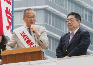 街頭から訴える笠井比例候補(左)と小池晃副委員長(右)=29日、東京・新宿駅西口