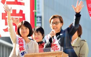 街頭で訴える池内さおり(右)、坂井和歌子両候補=27日、東京・新宿駅西口