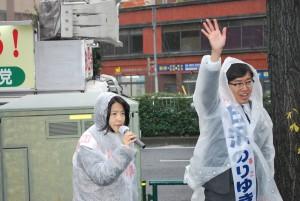 坂井比例候補(左)と石沢2区候補=26日、文京区