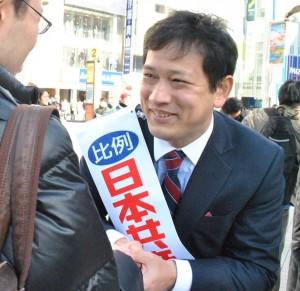 街頭演説を聞いていた人たちと握手を交わす宮本候補=7日、新宿区