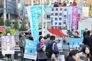 成人の日の街頭宣伝の車上で訴える池内さおり衆院議員と米倉春奈都議=12日、渋谷駅前