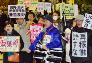 「川内・高浜原発再稼働反対」「原発なくせ」と声をあげる人たち=6日、首相官邸前