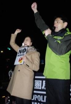 国会正門前でスピーチする藤野(右)、吉良の両議員=6日