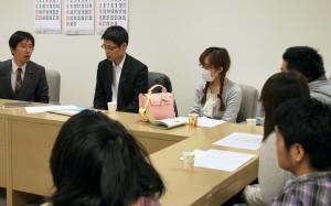 質問後、品川区の青年たちと交流する白石都議(左端)=25日、東京都議会