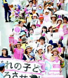 (写真)戦争法案に反対して街頭の人たちにアピールするママたち=26日、東京都渋谷区