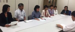 首都大学東京の授業料減免制度への財政支援などを都の担当者(右側)に申し入れる日本共産党都議団=8月28日、都庁写真は「しんぶん赤旗」提供)