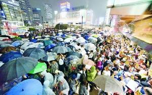 (写真)総がかり行動実行委員会が呼びかけた、戦争法案廃案を訴える大宣伝=8日、東京・新宿駅西口
